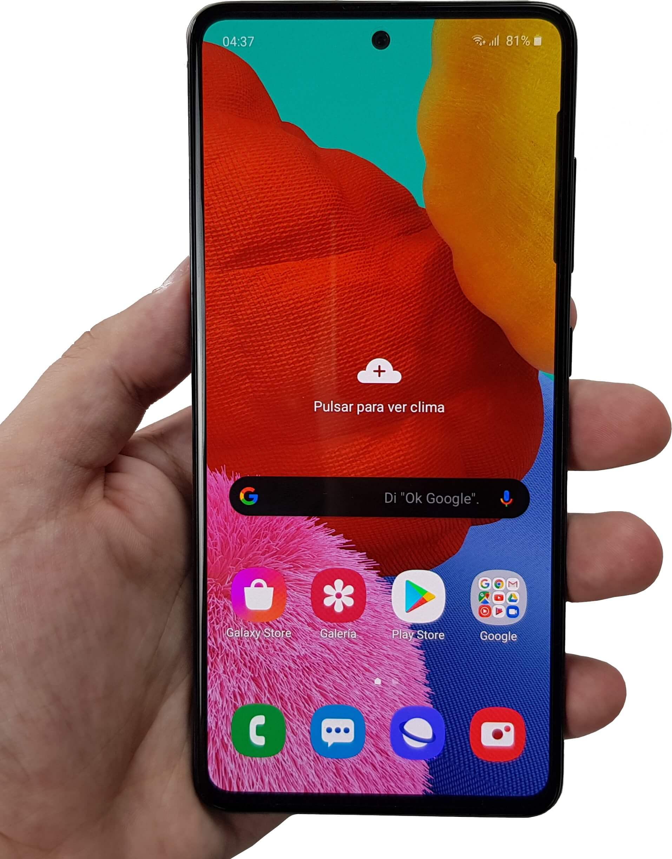 El Samsung Galaxy A51 en mano.