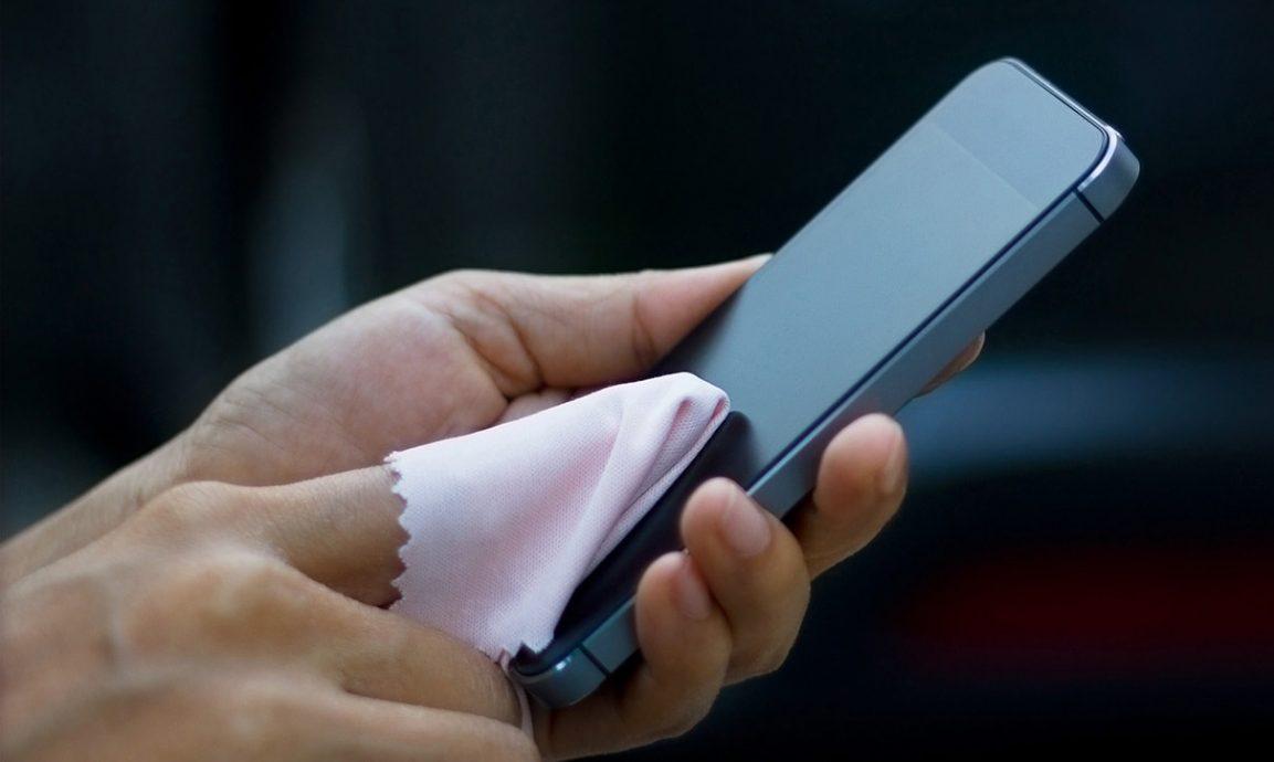 limpiando un celular