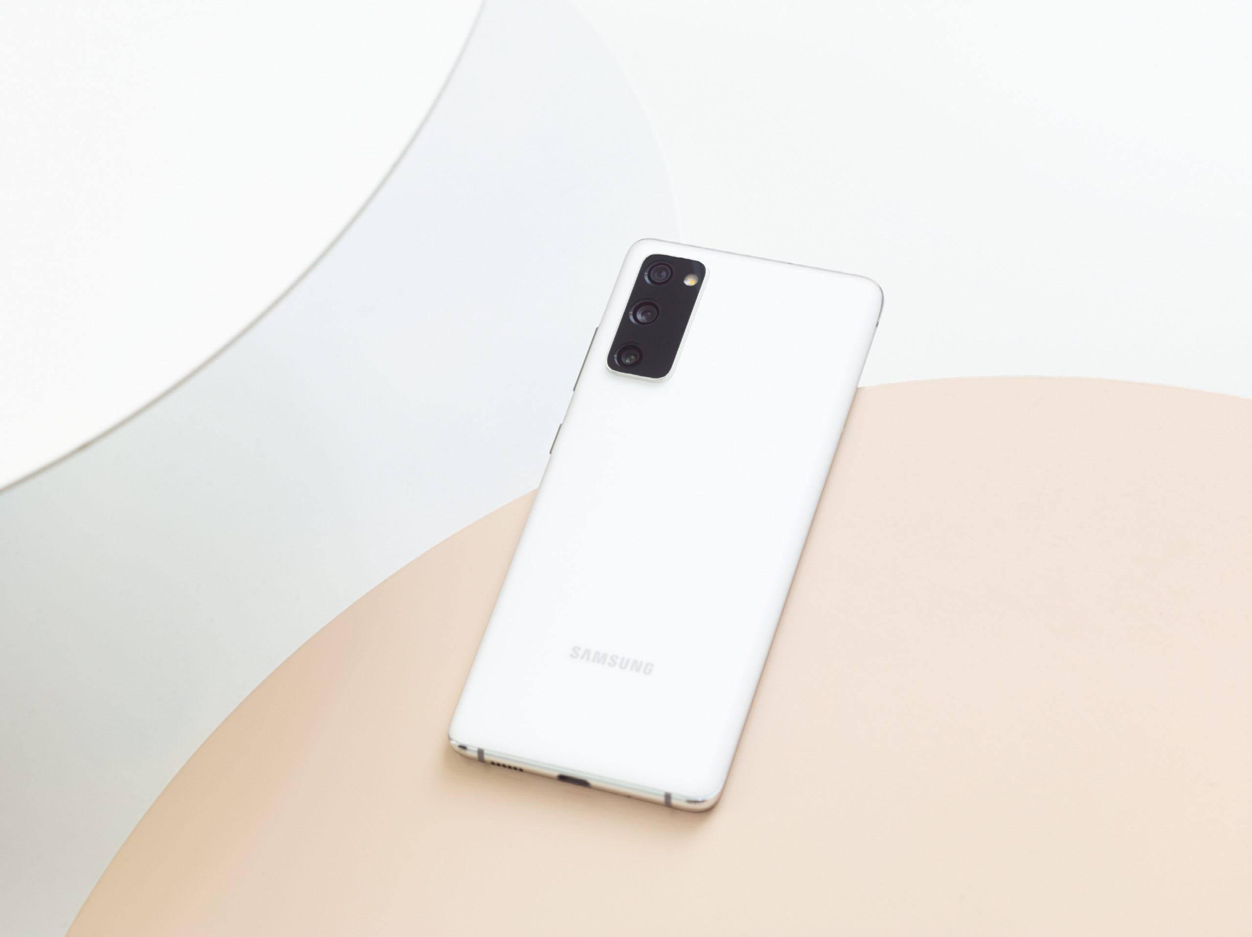 Samsung presenta el Galaxy S20 FE con los recursos favoritos de los fanáticos
